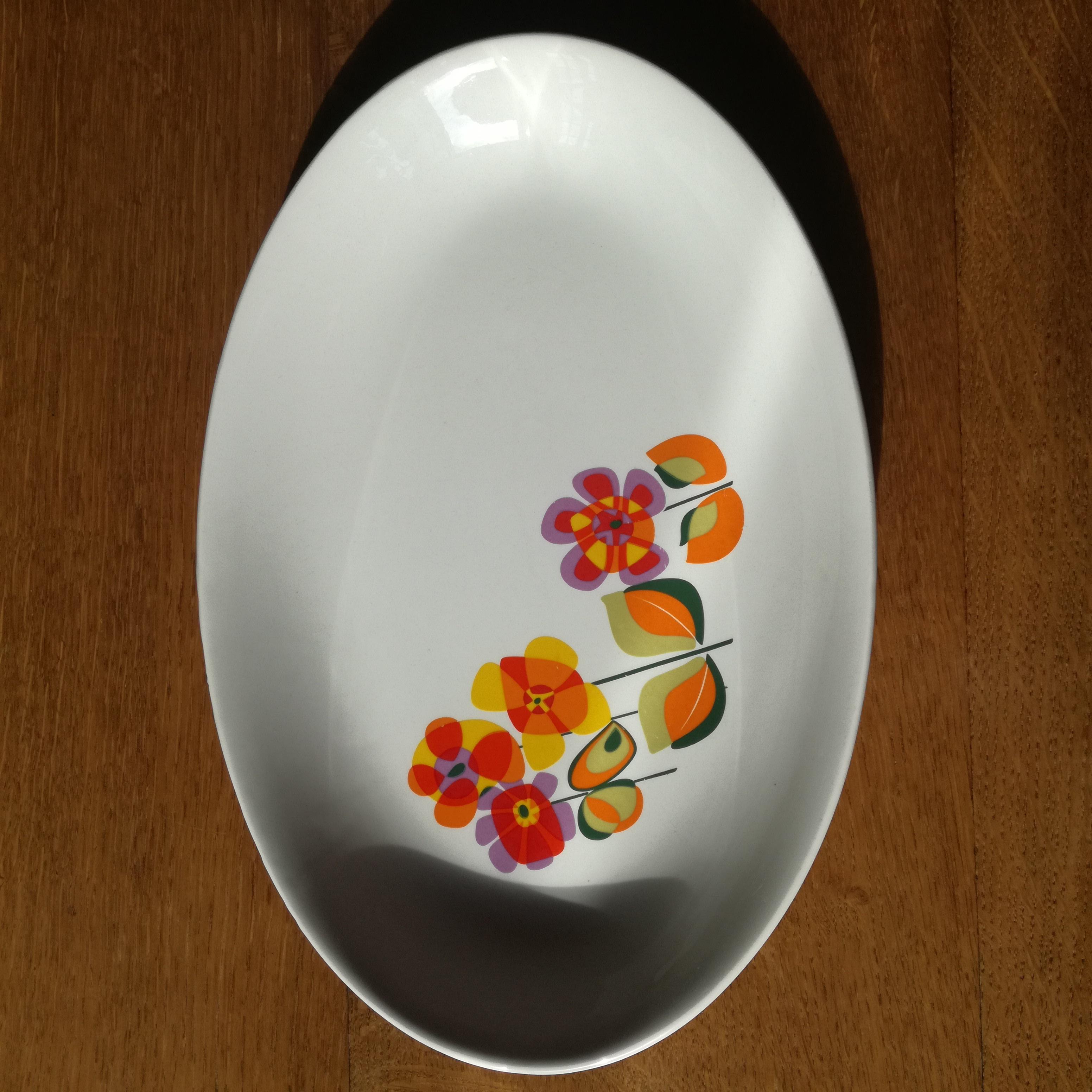 Plat ovale à fleurs esprit années 70, Moulin des Loups